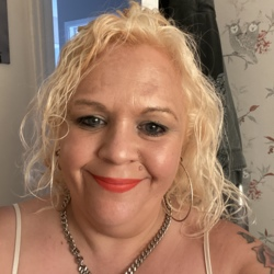 Mandy is looking for singles for a date