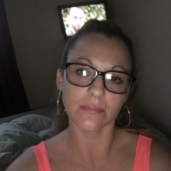 Elle is looking for singles for a date