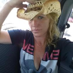 Selinah is looking for singles for a date