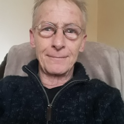 Les is looking for singles for a date