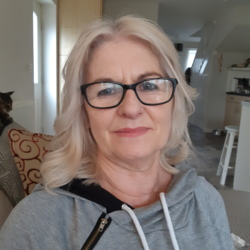 Rose is looking for singles for a date